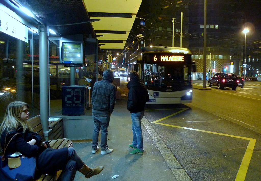 Однако вечерами может еще может быть холодно. Остановка автобуса на мосту Chaderon.