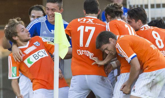 Joie du buteur Numa Lavanchy (FC LS, tout a gauche), Andi Zeqiri (FC LS, 2e depuis la gauche) et du reste de l'equipe apres le but du 1-0.